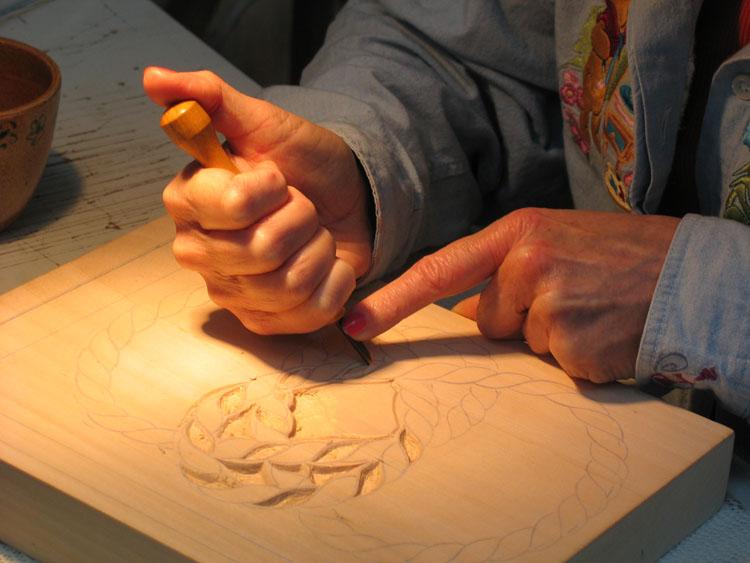 snijden in een lindenhoutblok