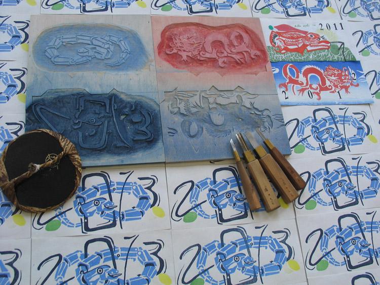 Tijdens de introductie in een dag drukken we een kleine houtsnede in twee kleuren